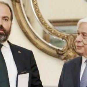 Το παράσημο του Ταξιάρχη του Φοίνικος στον Φρίξο Παπαχρηστίδη από τον πρόεδρο της Δημοκρατίας.