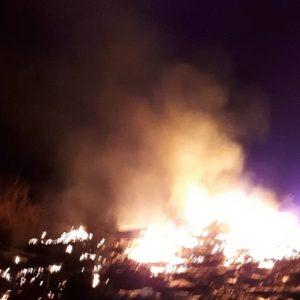 Καίγονται πλαστικά στο Ελαιοχώρι
