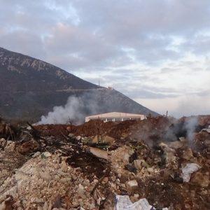 Τοξικά συνεχίζουν να καίνε στη Νικήσιανη για τρίτη μέρα.