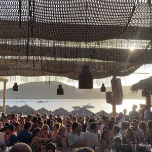 Μύκονος: Δύο μήνες λουκέτο και 20.000 ευρώ πρόστιμο για τον συνωστισμό σε μπιτς μπαρ